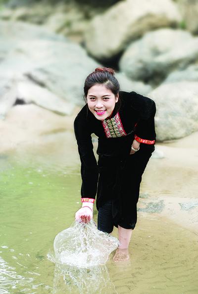 Á hậu Lò Thị Minh, với bộ áo dân tộc truyền thống của dân tộc Xinh Mun.