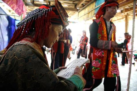 Người chủ trì lễ hội là những thầy mo trong bản.