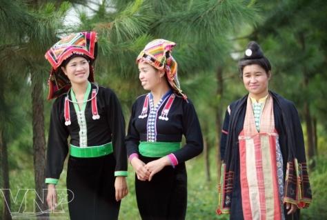 Thiếu nữ dân tộc Kháng (bên trái) và Xinh Mun gặp nhau trong ngày hội.