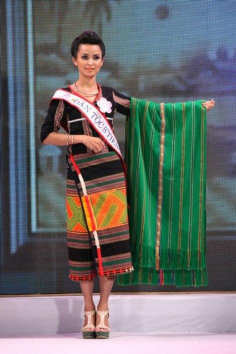 Thí sinh Hoa Hậu Dân Tộc, Điểu Thị Thu Trinh, dân tộc S'Tiêng với tấm khăn choàng làm bằng thổ cẩm của người S'Tiêng, đã được truyền từ đời này sang đời khác trong gia đình cô.