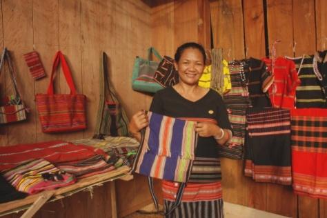 Giới thiệu dệt thổ cẩm và trang phục truyền thống của người S'tiêng, Bình Phước.