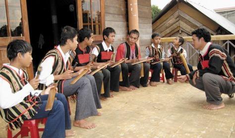 Lớp chiêng tre trẻ ở xã Ea Tiêu, huyện Chư Kuin (Đắk Lắk). Ảnh tư liệu