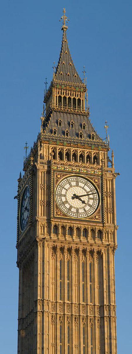 Chuông trong tháp được biết đến với cái tên Big Ben ở Anh.