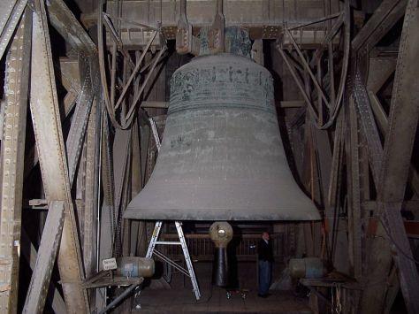 Quả chuông khổng lồ St. Petersglocke so với kích thước của con người.