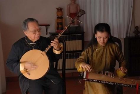 GS Trần Văn Khê diễn tấu Đàn Nguyệt.