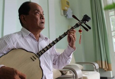 Hơn 30 năm kiếm tìm nhưng nghệ nhân Trần Minh Đức vẫn chưa có người kế thừa ngón đờn sến 3 dây (ảnh TT).