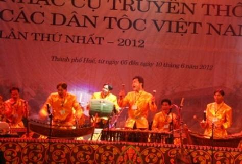 Đội thông tin văn nghệ Khmer tỉnh Bạc Liêu trình diễn những nhạc cụ rất lạ.