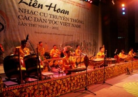 Dàn nhạc Khmer phát ra những âm thanh lạ, khác hẳn với những dàn nhạc dân tộc đã trình diễn 3 ngày qua. Đây cũng là đại diện miền Nam duy nhất trong số 19 đội dự liên hoan.