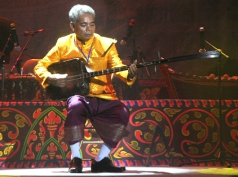 Nghệ nhân trên 60 tuổi Danh Xà Rậm độc tấu đàn Chapây chom riêng.