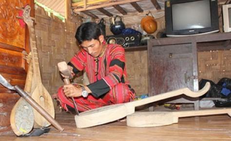 Ngày ngày anh Việt say sưa chế tác loại đàn Talư.