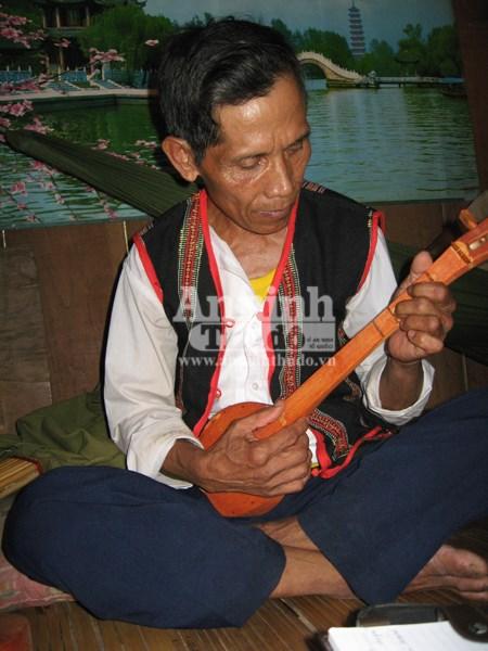 Nghệ nhân Mai Sen biểu diễn đàn Ta lư.