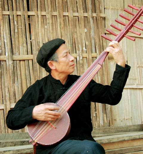 Nghệ nhân Dương Thục với chiếc đàn tính tẩu 12 dây.