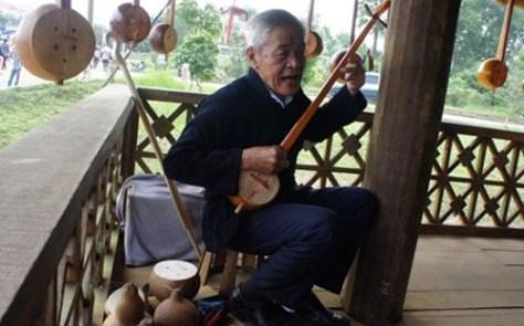 Nghệ nhân Nông Văn Nhay tỉ mỉ làm từ việc lên dây, thử dây và đặc biệt là việc thử âm của chiếc đàn. (S.N)