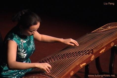 Nghệ sĩ Trung Hoa Liu Fang (Lưu Phương) trình tấu Guzheng.