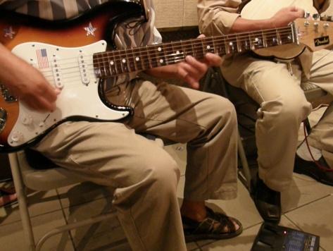 Cận cảnh cây đàn guitar phím lõm điện tử, bên dưới là Song Loan và dụng cụ Effect guitare kèm theo đàn guitar phím lõm điện tử để tăng hiệu quả âm thanh cho nhạc cụ. (Băng Huyền-Viễn Đông).
