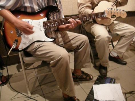 Cận cảnh cây đàn guitar phím lõm điện tử, bên dưới là Song Loan và dụng cụ Effect guitare kèm theo đàn guitar phím lõm điện tử để tăng hiệu quả âm thanh cho nhạc cụ. (Băng Huyền-Viễn Đông)