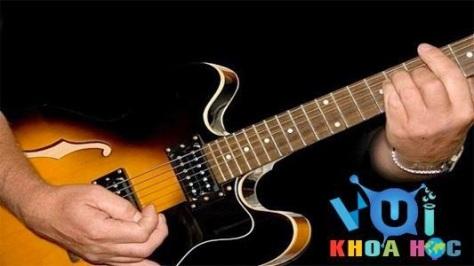 gphimlom_Nghệ sĩ đang đệm guitar