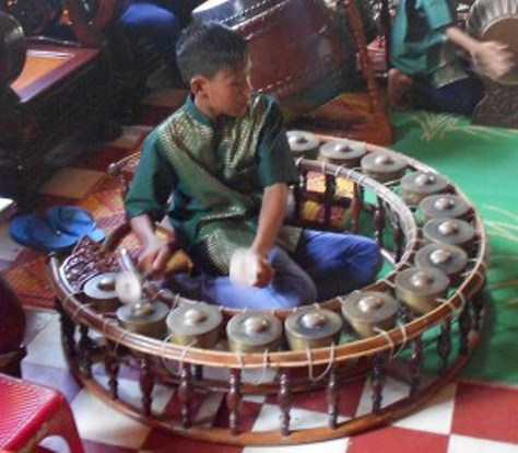 Kôông Vông Tôch trong dàn nhạc Pinn Peat tại Chùa Dơi.