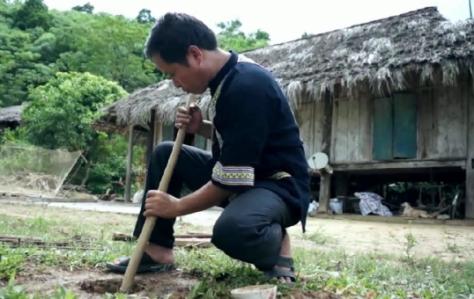 Nghệ nhân Đinh Văn Nhật  chế tác Trống Đất.