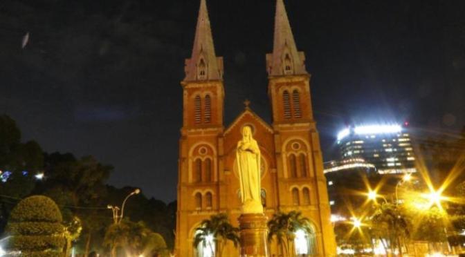 Trước nhà thờ Đức Bà