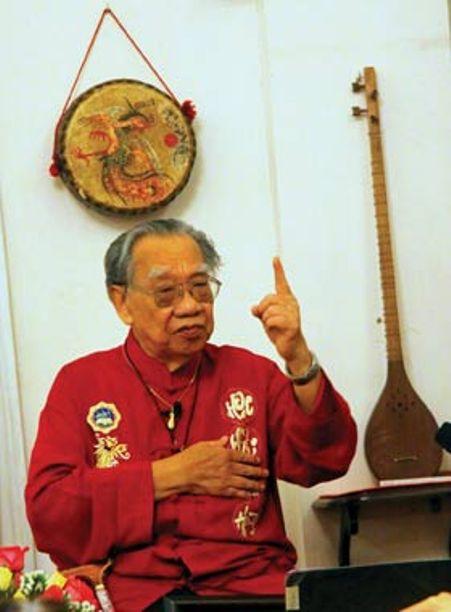 GSTS Trần Văn Khê giới thiệu về nguồn gốc của đàn đá.