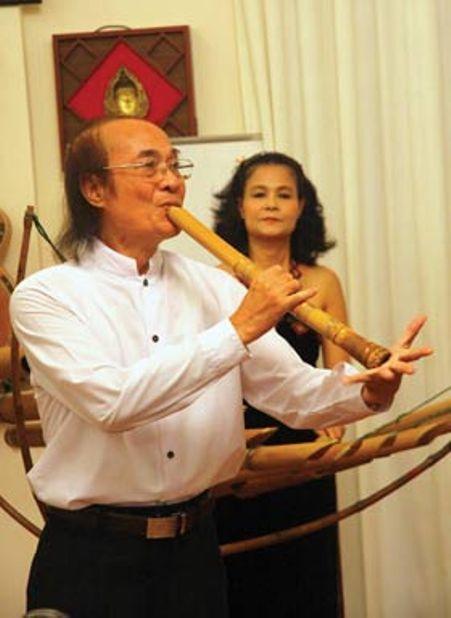 NSND Đỗ Lộc cùng nghệ sĩ Bích Diệp song tấu với nhạc cụ đàn t'rưng và angklung.