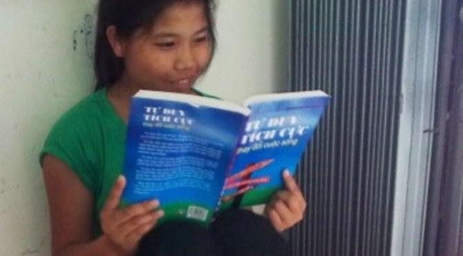 """Em học sinh đọc cuốn """"Tư Duy Tích Cực thay đổi cuộc sống 25 lần"""