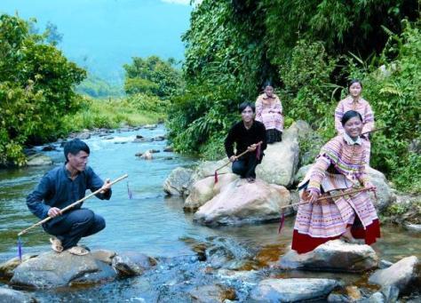 Nghệ nhân Vàng A Phử (góc bên trái) và đội múa Gậy Tiền/Sinh Tiền/Sênh Tiền.