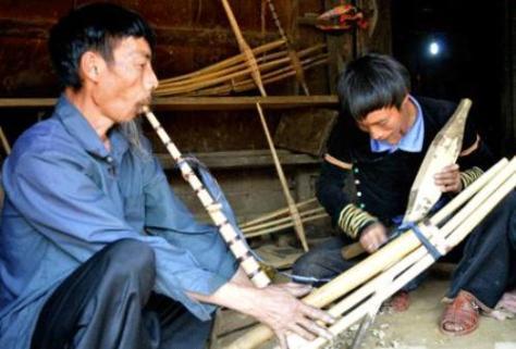 Chế tác khèn đã trở thành nghề tay trái mưu sinh của hai cha con.