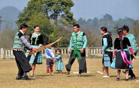 Người dân H'Mông thổi khèn đón Tết. (Ảnh: Thanh Hà/TTXVN)