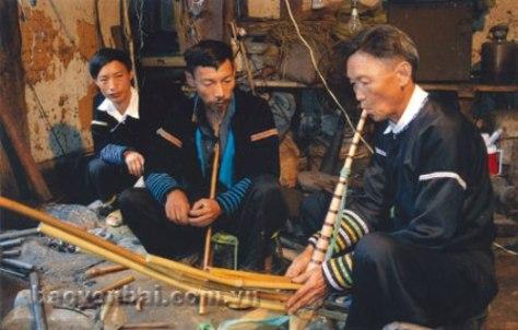 Nghệ nhân Giàng A Su đang truyền dạy bí quyết làm khèn cho cha con Mùa A Lồng.