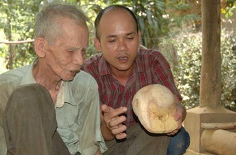 Ông Phạm Ngọc Dư (trái) và tác giả Hoàng Văn Minh.