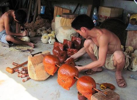 Mặc dù là nghề truyền thống của gia đình mình nhưng Hải luôn sẵn sàng truyền nghề cho thế hệ trẻ. Ảnh: Thảo Nguyên.