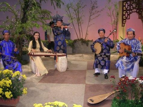 Nhạc công đàn Nguyệt giữ Song Lang.