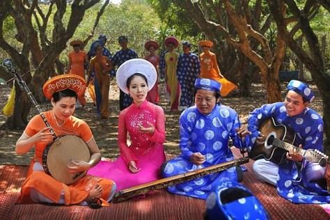 Nhạc công đàn Nguyệt giữ Song Lang trong Đờn Ca Tài Tử.