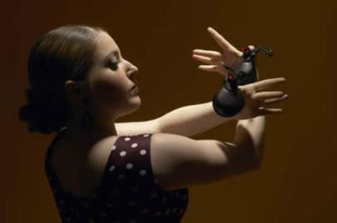 Vũ công Tây Ban Nha trong điệu múa truyền thống Flamenco với Castanets.