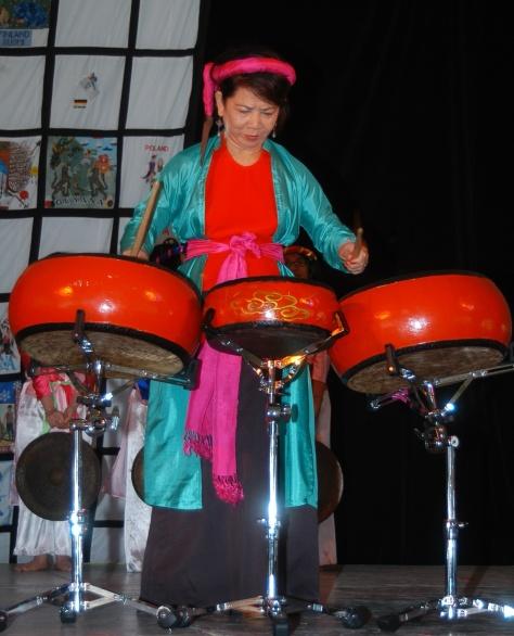 Nghệ sĩ Linh Phượng biểu diễn Trống tại Hội Chợ Sắc Tộc Quốc Tế, USA.