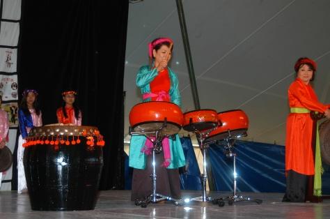 Nghệ sĩ Linh Phượng biểu diễn Trống VN tại Hội Chợ Sắc Tộc Quốc Tế, USA.