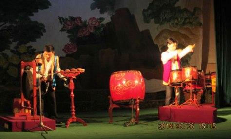 """Tiết mục song tấu """"Nhịp phách tương giao"""" do 2 nghệ sĩ Đào Trung Nghĩa và Đinh Văn Công biểu diễn - Ảnh: TL"""