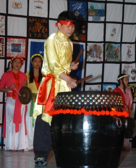 Trần Đình Hoành biểu diễn Trống tại Hội Chợ Sắc Tộc Quốc Tế, USA.