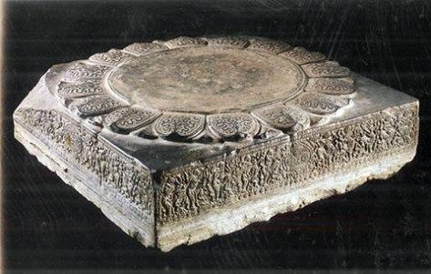 trongboc_Ảnh điêu khắc được chạm nổi xung quanh tảng đá ở chân cột chùa Phật Tích