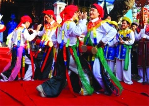 Múa trống Bồng trong hội làng Triều Khúc.