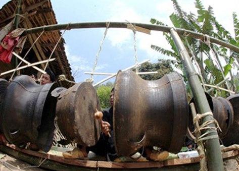 Người Lô Lô ở Hà Giang sử dụng trống đồng (Nguồn: Internet).