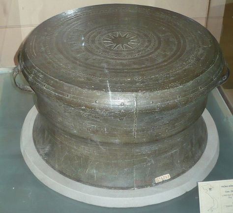 Trống Đồng Long Đọi Sơn, loại Heger IV, trưng bày tại Bảo tàng lịch sử Việt Nam, Hà Nội, Việt Nam.