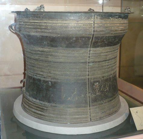 Trống Đồng Tân Độ, loại Heger III, trưng bày tại Bảo tàng lịch sử Việt Nam, Hà Nội, Việt Nam.