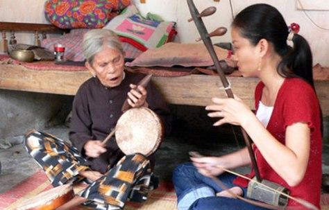 Nghệ sĩ Mai Tuyết Hoa và Nghê nhân Hà Thị Cầu.