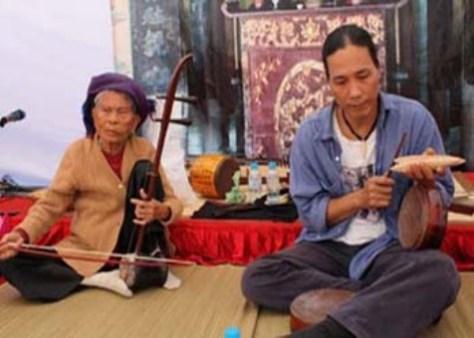 Nghệ nhân Hà Thị Cầu và nhà nghiên cứu âm nhạc Bùi Trọng Hiền.