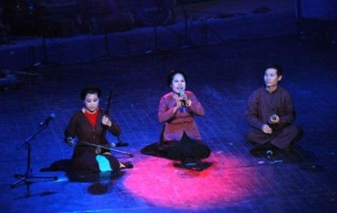 Nghệ sĩ Mai Tuyết Hoa (ngoài cùng bên trái) cùng các nghệ sĩ biểu diễn một làn điệu xẩm.