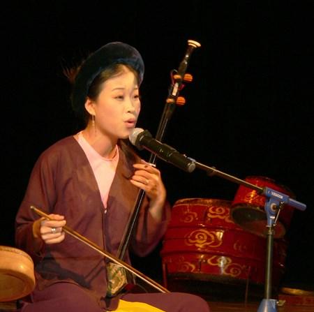 Nghệ sĩ Mai Tuyết Hoa biểu diễn hát Xẩm.