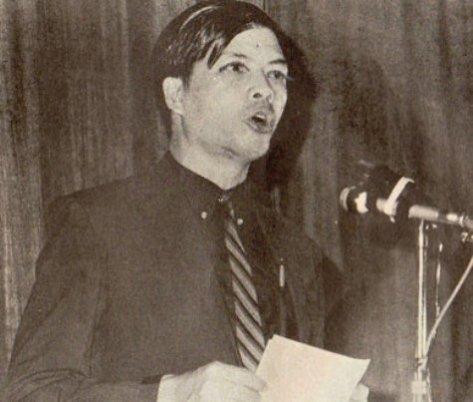 Dược sĩ Hoàng Ngọc Tuệ, chủ tịch Phong Trào Du Ca Việt Nam trong đêm Dạ Hội Du Ca tại Trường Quốc Gia Âm Nhạc và Kịch Nghệ Sài Gòn. (Hình: Bộ sưu tập của Ngành Mai)